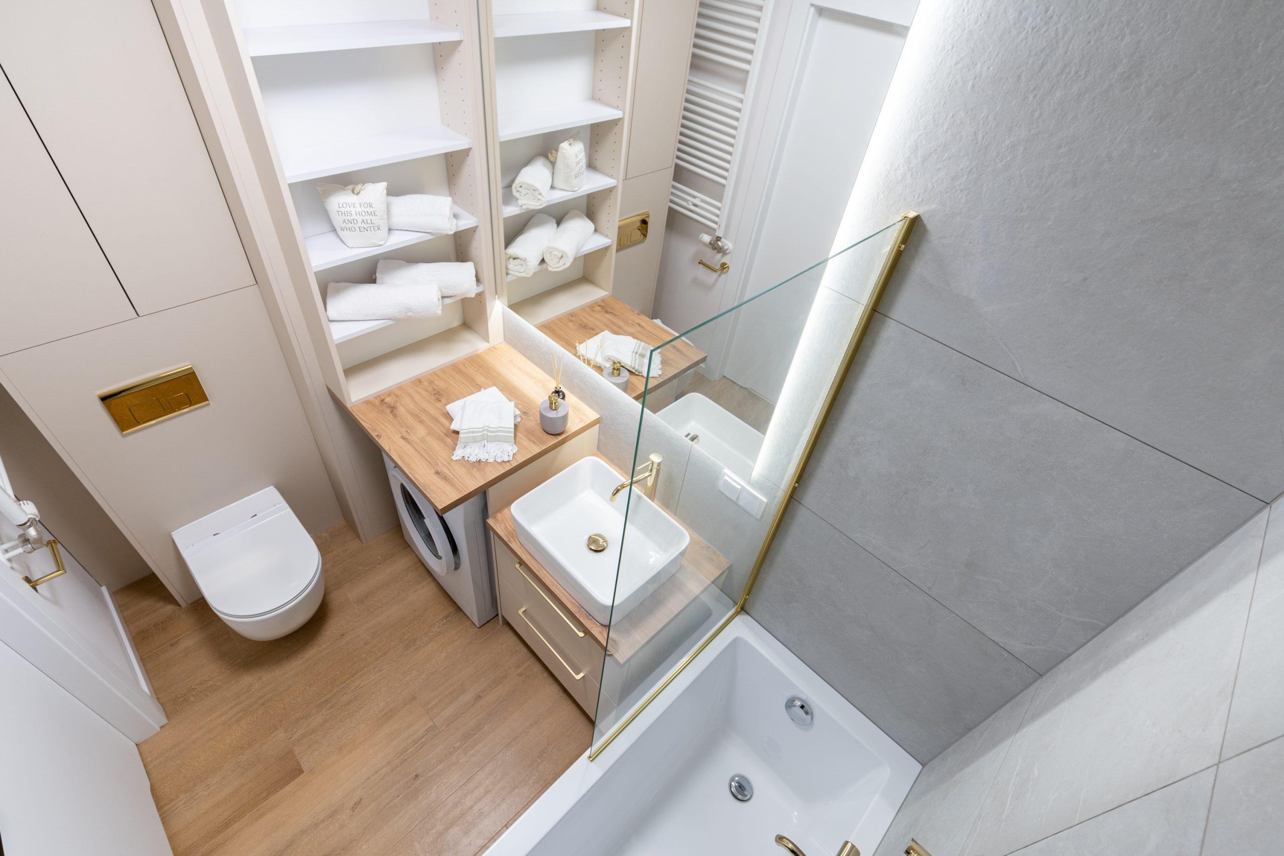Łazienka z wanną i deszczownicą