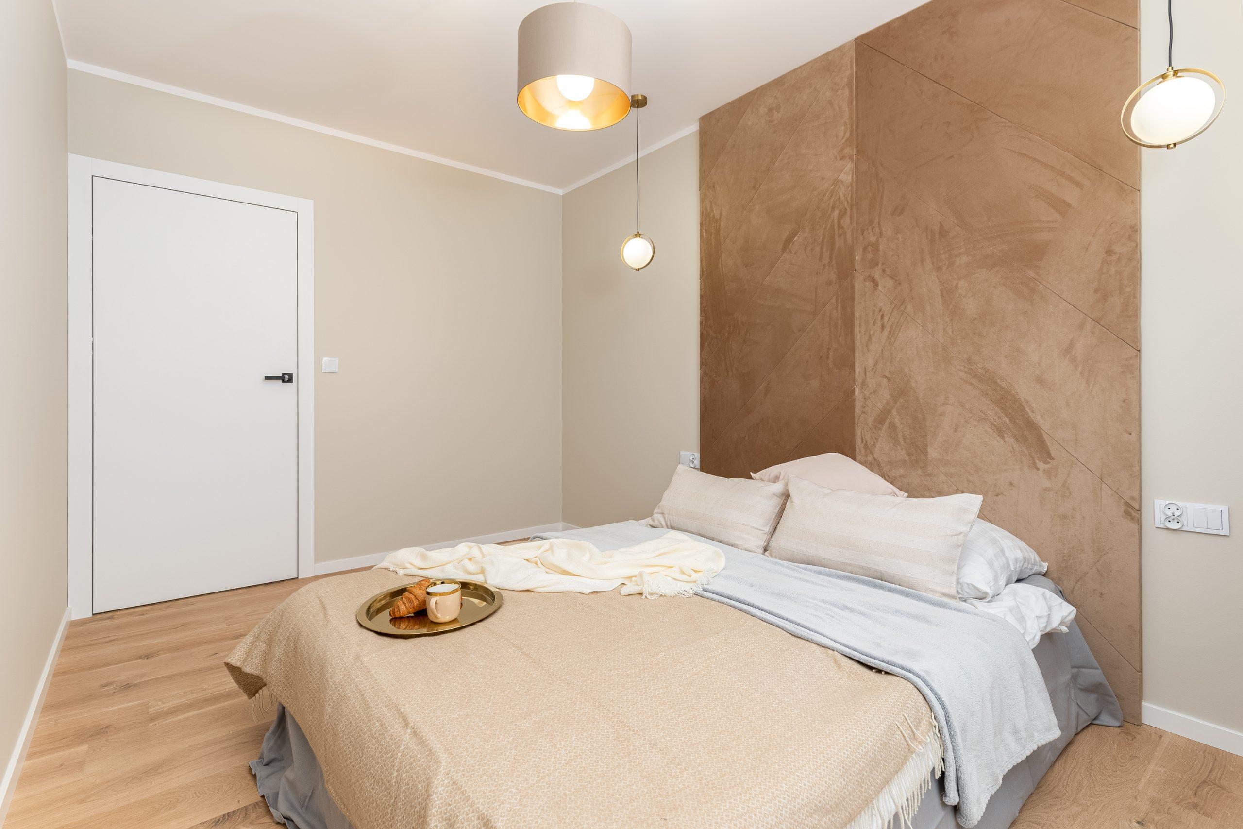 Przestronna sypialnia z miejscem na szafę